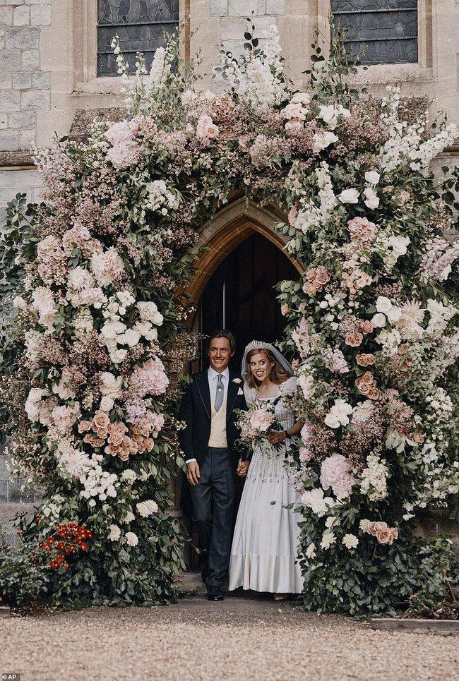 Công chúa nước Anh công bố ảnh kết hôn chính thức, vương miện và váy cưới gây chú ý hơn cả, nhắc khéo về cách cư xử của Meghan Markle - Ảnh 1.