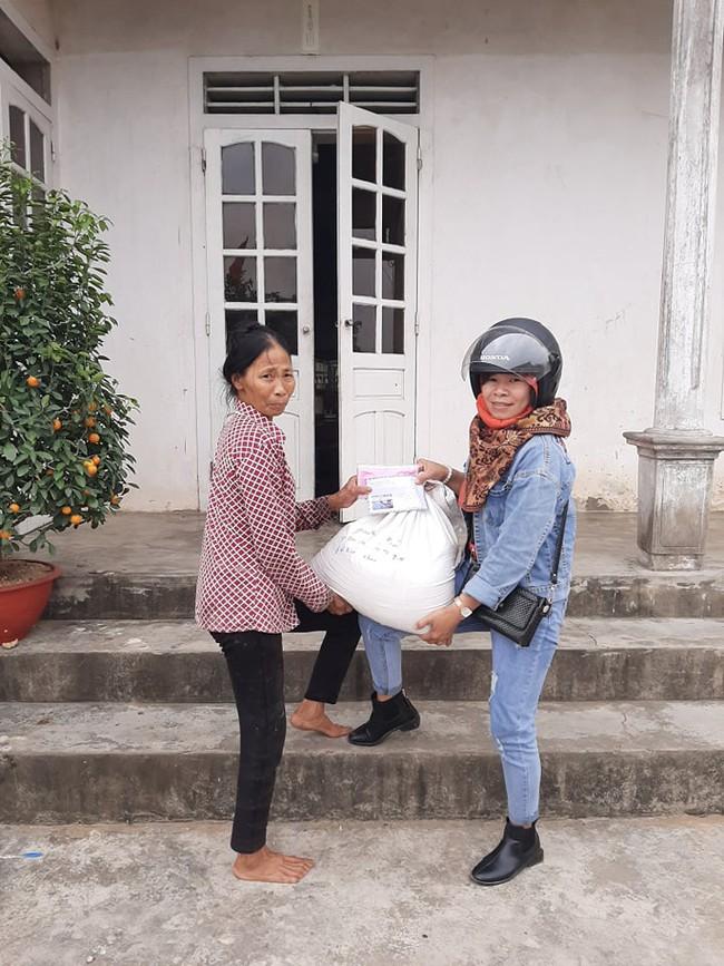 """Chuyện """"bao đồng"""" của người phụ nữ đơn thân vượt qua nghịch cảnh, dành thời gian xin gạo giúp người nghèo - Ảnh 1."""