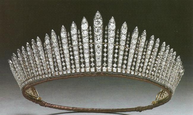Công chúa nước Anh công bố ảnh kết hôn chính thức, vương miện và váy cưới gây chú ý hơn cả, nhắc khéo về cách cư xử của Meghan Markle - Ảnh 3.