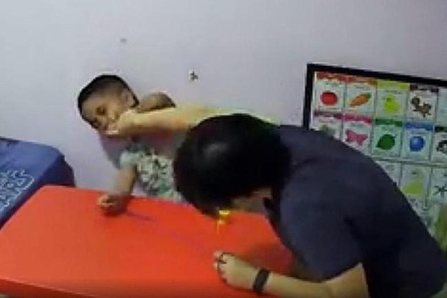 Thấy con cứ luôn khóc la trong khi đang điều trị tự kỷ cùng nhà trị liệu, bà mẹ đã đặt máy quay lén và kinh hoàng với những gì mình nhìn thấy - Ảnh 2.