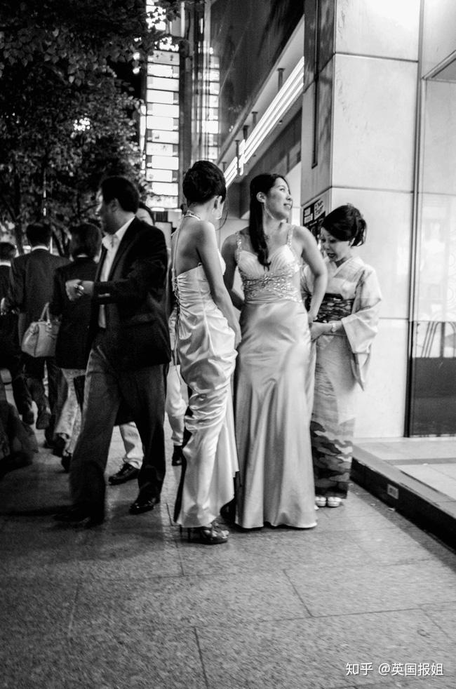 Những phụ nữ được gả vào thế giới ngầm ở Nhật Bản: Hình ảnh người vợ đức hạnh sau cửa kính chống đạn và cuộc sống bế tắc cùng cực - Ảnh 1.