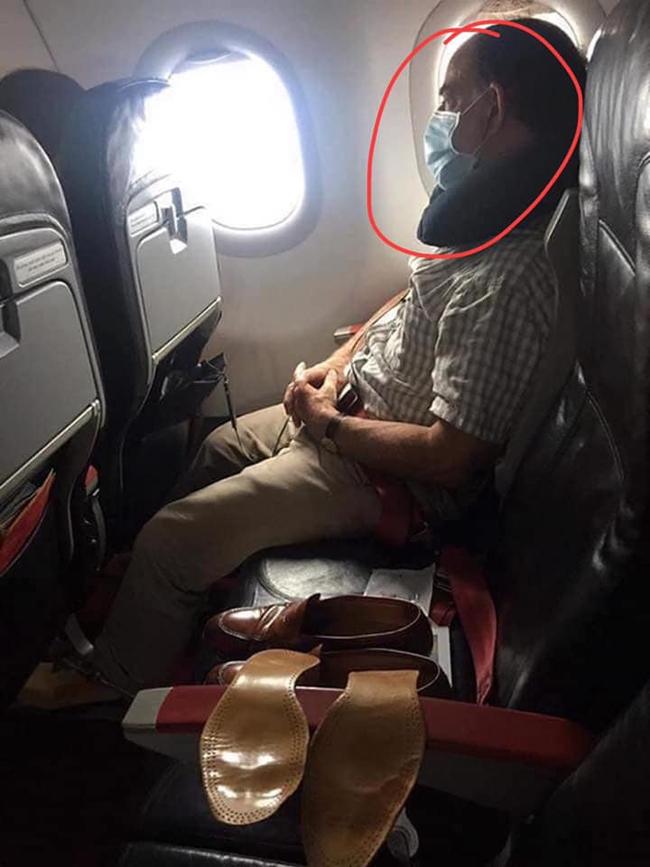 Người đàn ông cẩn thận đeo khẩu trang trên máy bay nhưng lại đặt đồ riêng tư chiếm lĩnh ghế bên cạnh khiến người nhìn phải lắc đầu ngao ngán - Ảnh 1.