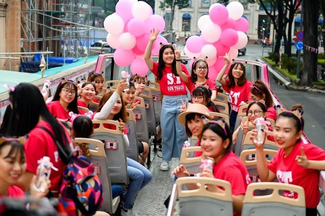 """S.T Sơn Thạch """"chơi trội"""" khi chọn xe buýt 2 tầng vừa họp fan vừa để quảng bá du lịch TP.HCM - Ảnh 2."""