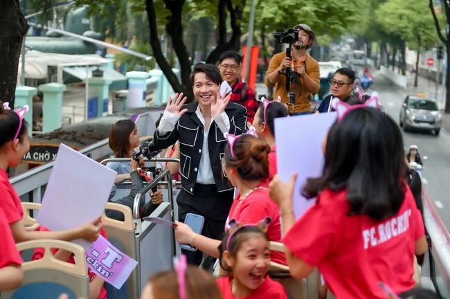 """S.T Sơn Thạch """"chơi trội"""" khi chọn xe buýt 2 tầng vừa họp fan vừa để quảng bá du lịch TP.HCM - Ảnh 3."""