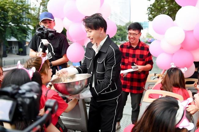 """S.T Sơn Thạch """"chơi trội"""" khi chọn xe buýt 2 tầng vừa họp fan vừa để quảng bá du lịch TP.HCM - Ảnh 6."""