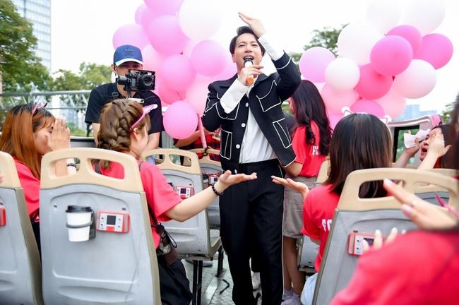 """S.T Sơn Thạch """"chơi trội"""" khi chọn xe buýt 2 tầng vừa họp fan vừa để quảng bá du lịch TP.HCM - Ảnh 9."""