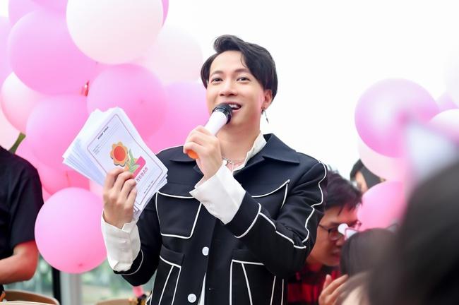 """S.T Sơn Thạch """"chơi trội"""" khi chọn xe buýt 2 tầng vừa họp fan vừa để quảng bá du lịch TP.HCM - Ảnh 7."""