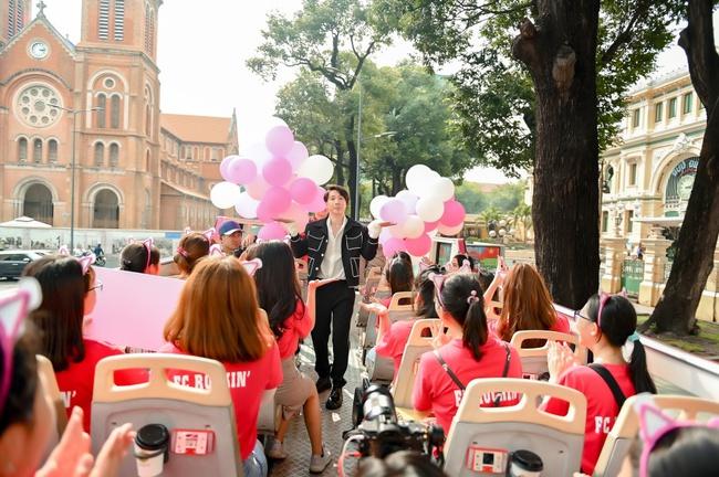 """S.T Sơn Thạch """"chơi trội"""" khi chọn xe buýt 2 tầng vừa họp fan vừa để quảng bá du lịch TP.HCM - Ảnh 11."""