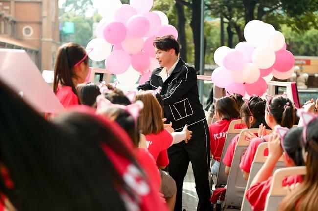 """S.T Sơn Thạch """"chơi trội"""" khi chọn xe buýt 2 tầng vừa họp fan vừa để quảng bá du lịch TP.HCM - Ảnh 10."""