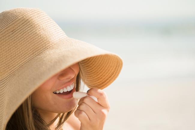 Môi bị cháy nắng: Biện pháp tốt nhất để làm dịu và chữa lành - Ảnh 3.