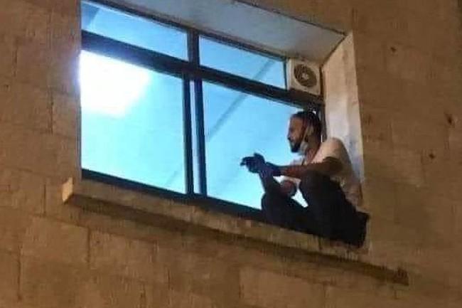 Bức ảnh người đàn ông ngồi thẫn thờ bên cửa sổ trông bất bình thường như câu chuyện phía sau gây xúc động mạnh - Ảnh 1.