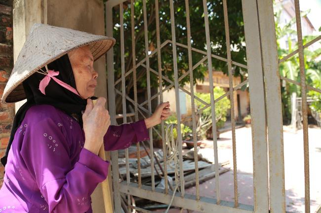 Hà Nội: Mẹ già còng lưng mang đơn kiện con trai vì bị ngược đãi - Ảnh 7.