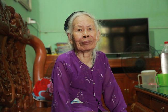 Hà Nội: Mẹ già còng lưng mang đơn kiện con trai vì bị ngược đãi - Ảnh 1.