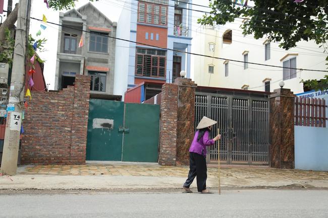 Hà Nội: Mẹ già còng lưng mang đơn kiện con trai vì bị ngược đãi - Ảnh 2.
