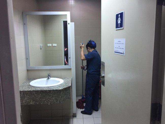 """Bỉ bai cô lao công dọn dẹp toilet là... """"rác rưởi"""", 2 sinh viên mới ra trường lĩnh ngay cái kết đắng khi người này xuất hiện - Ảnh 4."""