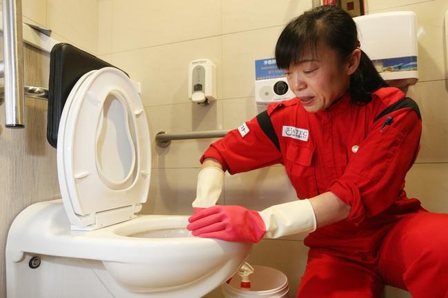 """Bỉ bai cô lao công dọn dẹp toilet là... """"rác rưởi"""", 2 sinh viên mới ra trường lĩnh ngay cái kết đắng khi người này xuất hiện - Ảnh 2."""
