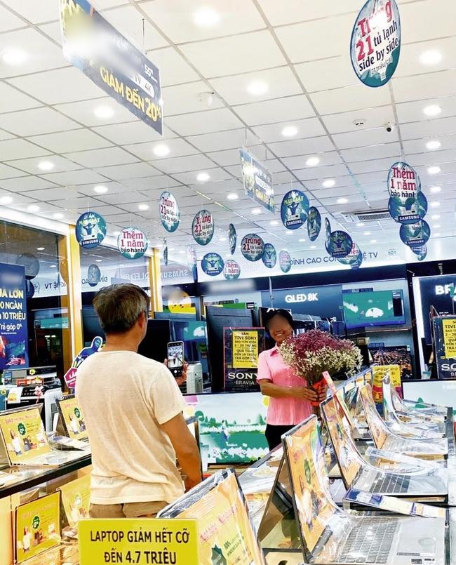 Xúc động với hình ảnh chú phụ hồ già loay hoay chụp ảnh cho vợ trong siêu thị điện máy, lương 6 triệu dành hẳn 3 triệu mua điện thoại cho bà xã - Ảnh 2.