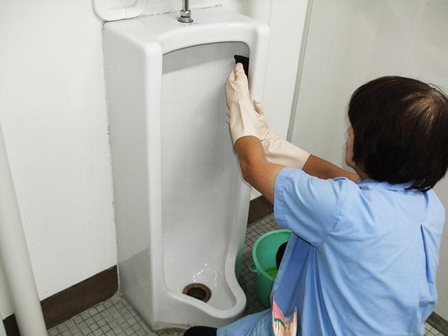 """Bỉ bai cô lao công dọn dẹp toilet là... """"rác rưởi"""", 2 sinh viên mới ra trường lĩnh ngay cái kết đắng khi người này xuất hiện - Ảnh 5."""