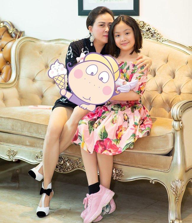 Con gái út của Phượng Chanel từng bế trên tay một em bé như ngầm thông báo việc mẹ đã sinh thêm em mà không ai hay biết? - Ảnh 1.