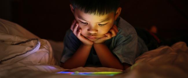 Trẻ mới biết đi có thể chậm phát triển trí não bởi hành động này của rất nhiều cha mẹ - Ảnh 2.