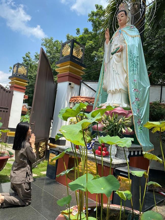 Sau story gây hoang mang vào nửa đêm, Hoa hậu Jolie Nguyễn chia sẻ hình ảnh để mặt mộc khá tiều tuỵ đi lễ chùa tìm bình yên sau loạt ồn ào  - Ảnh 2.