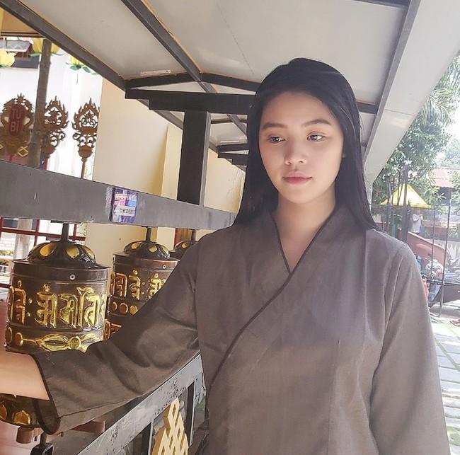 Sau story gây hoang mang vào nửa đêm, Hoa hậu Jolie Nguyễn chia sẻ hình ảnh để mặt mộc khá tiều tuỵ đi lễ chùa tìm bình yên sau loạt ồn ào  - Ảnh 3.