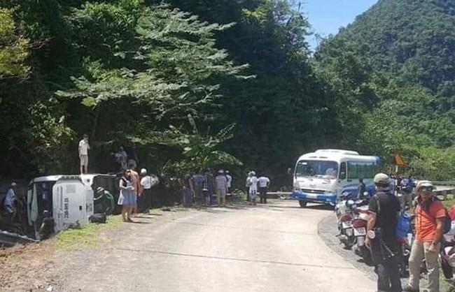Lật xe khách gần Phong Nha Kẻ Bàng ít nhất 8 người tử vong, hàng chục người thương - Ảnh 5.