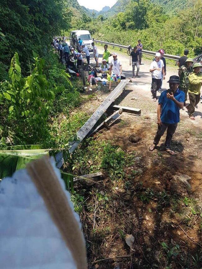 Lật xe khách gần Phong Nha Kẻ Bàng ít nhất 8 người tử vong, hàng chục người thương - Ảnh 2.