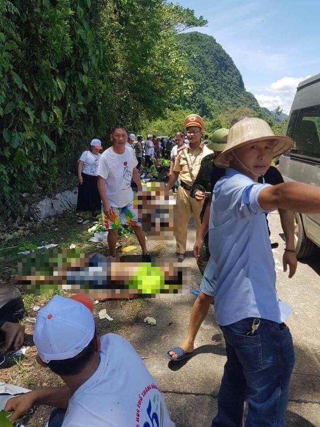 Lật xe khách gần Phong Nha Kẻ Bàng ít nhất 8 người tử vong, hàng chục người thương - Ảnh 1.