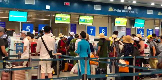 Sân bay Đà Nẵng - Hà Nội - TP.HCM: Tăng cường các chuyến bay, các công ty du lịch hỗ trợ khách đổi chuyến bay - Ảnh 2.