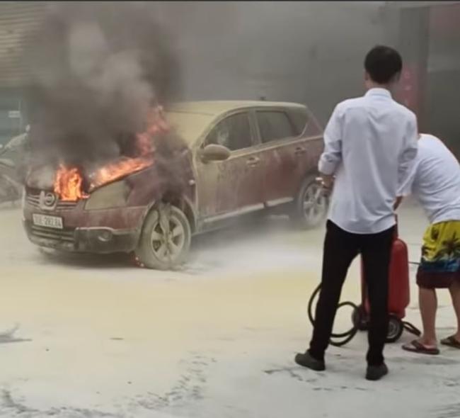 Hà Nội: Cháy xe ô tô đúng lúc lùi vào mua xăng - Ảnh 3.