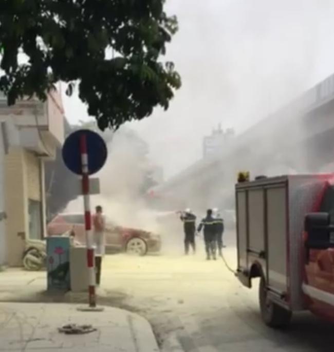 Hà Nội: Cháy xe ô tô đúng lúc lùi vào mua xăng - Ảnh 1.