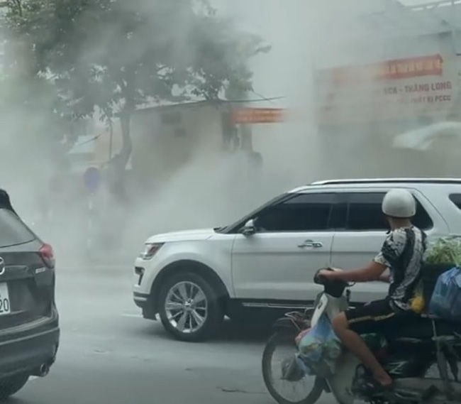 Hà Nội: Cháy xe ô tô đúng lúc lùi vào mua xăng - Ảnh 2.