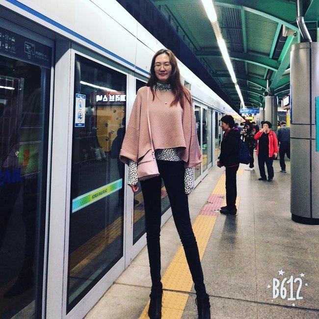 Cô gái có đôi chân dài nhất thế giới: Lùng sục khắp nơi mới mua được quần áo, vẫn thích đi giày cao gót để khoe chân dài miên man - Ảnh 9.
