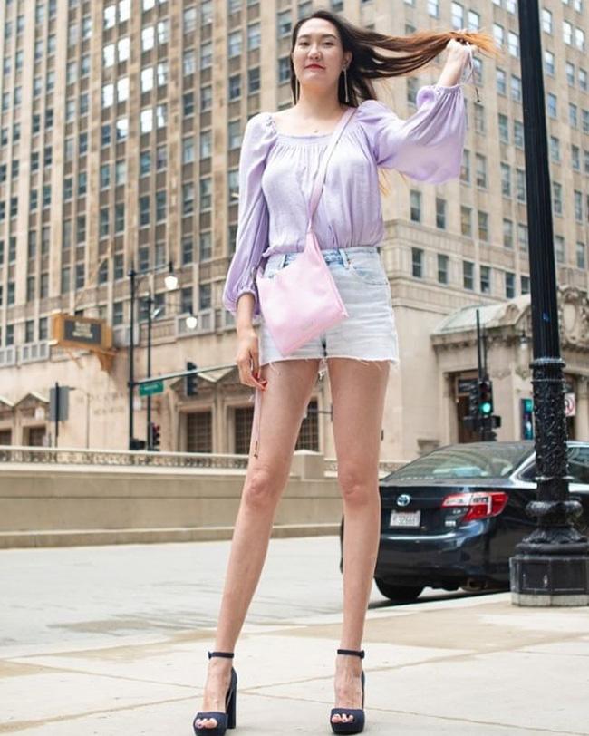 Cô gái có đôi chân dài nhất thế giới: Lùng sục khắp nơi mới mua được quần áo, vẫn thích đi giày cao gót để khoe chân dài miên man - Ảnh 6.
