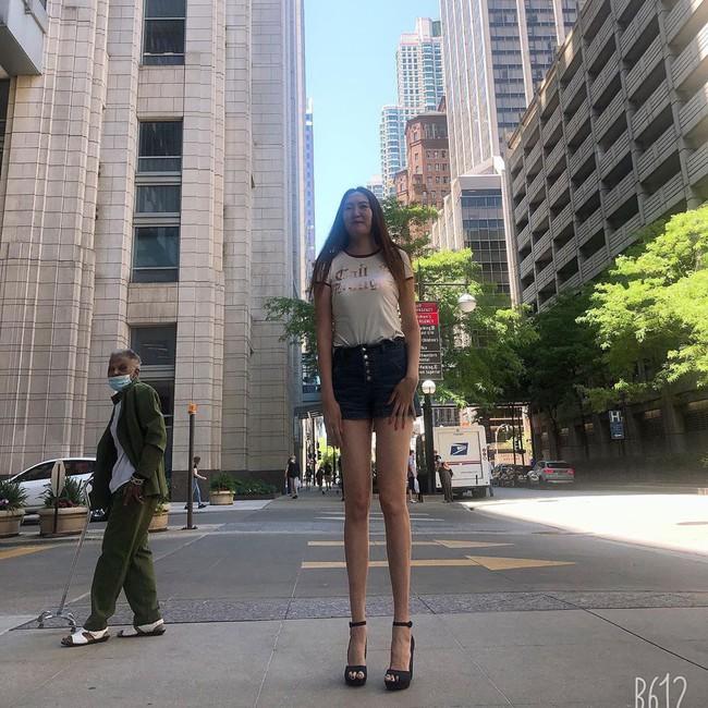 Cô gái có đôi chân dài nhất thế giới: Lùng sục khắp nơi mới mua được quần áo, vẫn thích đi giày cao gót để khoe chân dài miên man - Ảnh 7.
