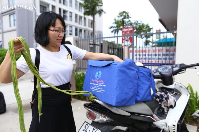 Các tình nguyện viên cũng đi đến các gia đình có bà mẹ tặng sữa