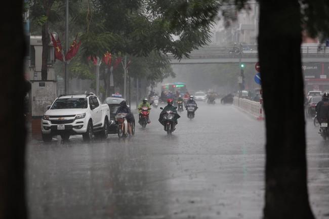 Ảnh: Hà Nội đón nhận cơn mưa lớn sau ngày chất lượng không khí ở mức nguy hại cho sức khỏe - Ảnh 1.
