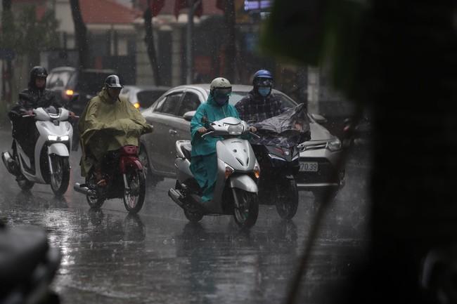 Ảnh: Hà Nội đón nhận cơn mưa lớn sau ngày chất lượng không khí ở mức nguy hại cho sức khỏe - Ảnh 3.