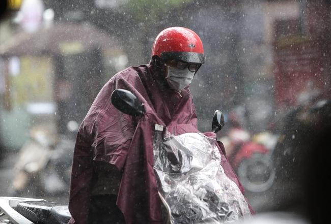Ảnh: Hà Nội đón nhận cơn mưa lớn sau ngày chất lượng không khí ở mức nguy hại cho sức khỏe - Ảnh 4.