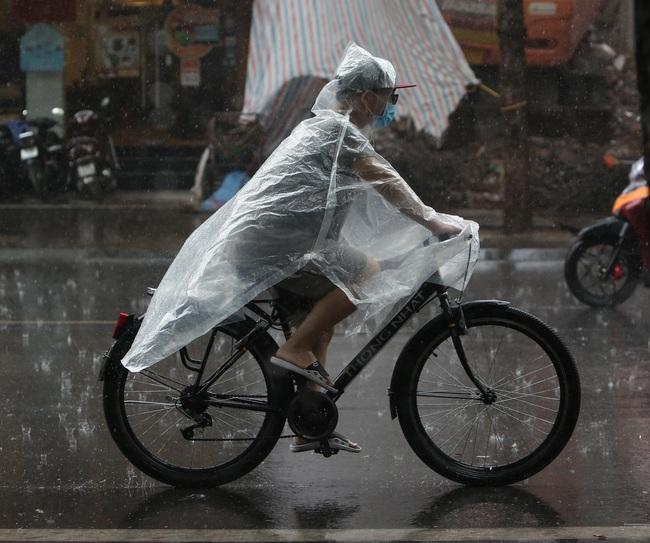 Ảnh: Hà Nội đón nhận cơn mưa lớn sau ngày chất lượng không khí ở mức nguy hại cho sức khỏe - Ảnh 8.