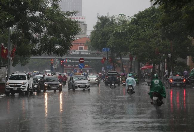 Ảnh: Hà Nội đón nhận cơn mưa lớn sau ngày chất lượng không khí ở mức nguy hại cho sức khỏe - Ảnh 6.