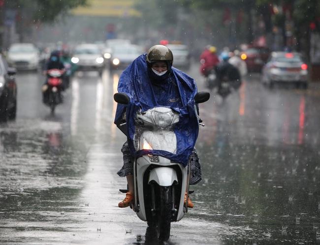 Ảnh: Hà Nội đón nhận cơn mưa lớn sau ngày chất lượng không khí ở mức nguy hại cho sức khỏe - Ảnh 5.