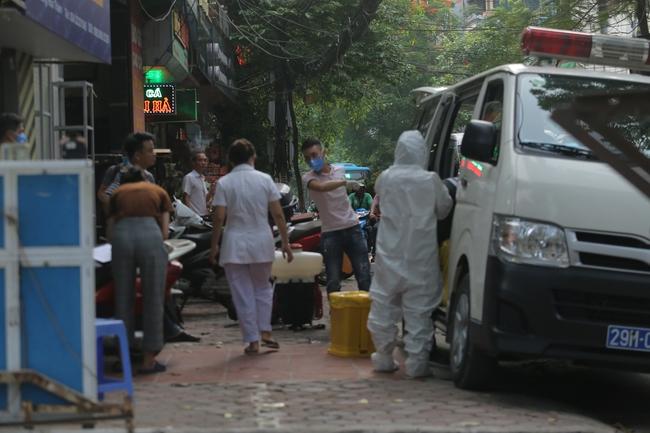 Hà Nội: Phong toả, phun khử khuẩn khu phố xuất hiện ca nghi nhiễm Covid-19 tiếp theo - Ảnh 4.