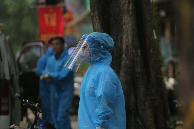 Hà Nội: Phong toả, phun khử khuẩn khu phố xuất hiện ca nghi nhiễm Covid-19 tiếp theo - Ảnh 5.