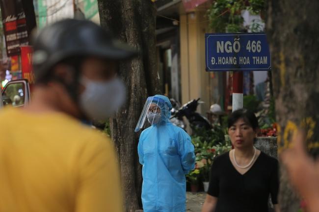 Hà Nội: Phong toả, phun khử khuẩn khu phố xuất hiện ca nghi nhiễm Covid-19 tiếp theo - Ảnh 2.