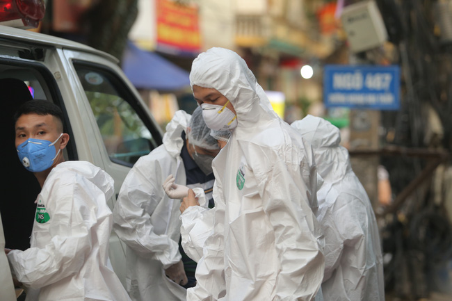 Hà Nội: Phong toả, phun khử khuẩn khu phố xuất hiện ca nghi nhiễm Covid-19 tiếp theo - Ảnh 6.