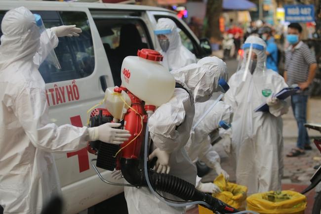 Hà Nội: Phong toả, phun khử khuẩn khu phố xuất hiện ca nghi nhiễm Covid-19 tiếp theo - Ảnh 8.