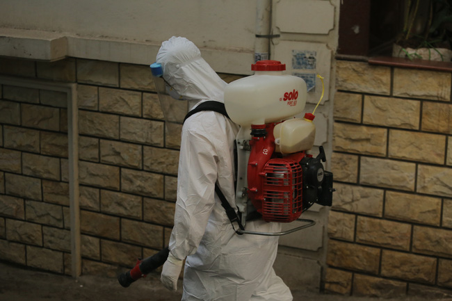 Hà Nội: Phong toả, phun khử khuẩn khu phố xuất hiện ca nghi nhiễm Covid-19 tiếp theo - Ảnh 10.