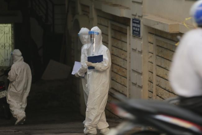 Hà Nội: Phong toả, phun khử khuẩn khu phố xuất hiện ca nghi nhiễm Covid-19 tiếp theo - Ảnh 12.